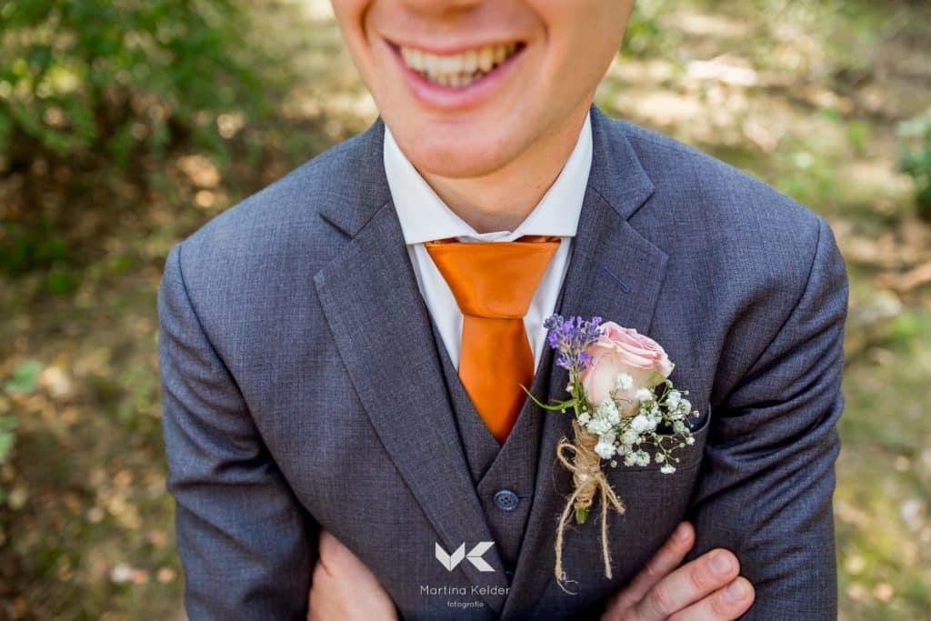 grijze trouwkostuums, corsage